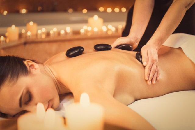 Chăm sóc làn da mịn màng với đá nóng massage